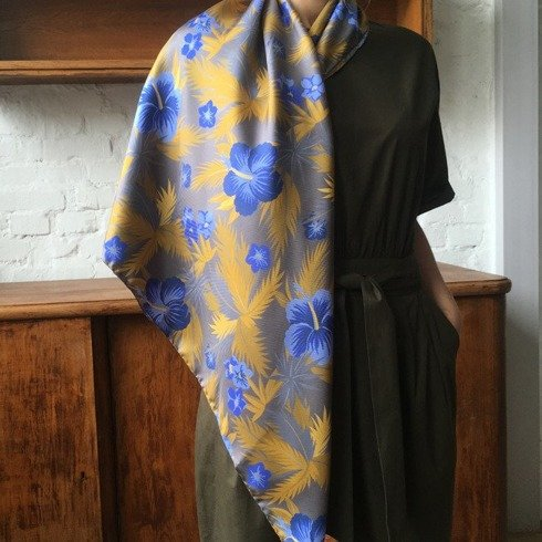 Woman's scarf with handrolled edges
