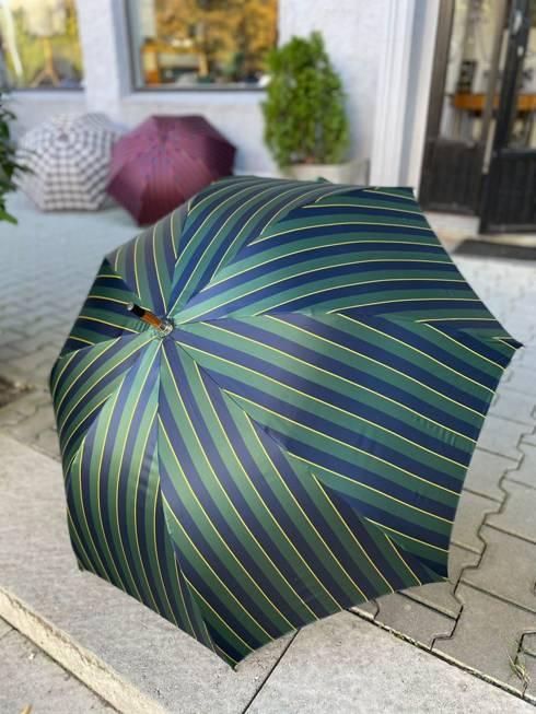 Drewniany parasol w pasy