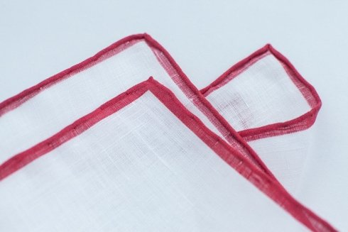 Poszetka lniana z czerwonym brzegiem
